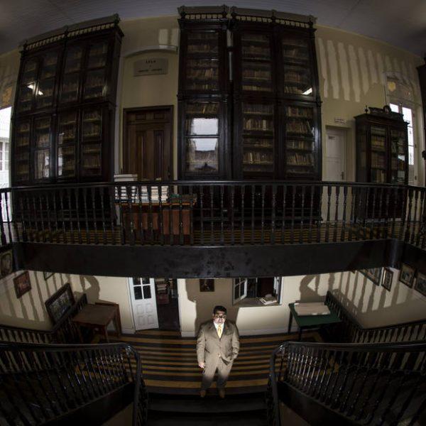 BELEM-PARA-BRASIL - 22-09-2015- BIBLIOTECA PORTUGUESA - METROPOLE / ESPECIAL -  BIBLIOTECA PORTUGUESA - O terceiro gabinete de leitura portuguesa do Brasil abriga mais de 400 volumes de obras raras que datam do seculo 16 e esta em busca de apoio para revitalizacao, chamada Biblioteca Fran Paxeco, que pertence ao Gremio Literario Recreativo Portugues, clube de Belem do Para. Na foto o presidente da diretoria executiva do Gremio Literario Recreativo Portugues, Mario Paiva. FOTO TARSO SARRAF/ESTADO